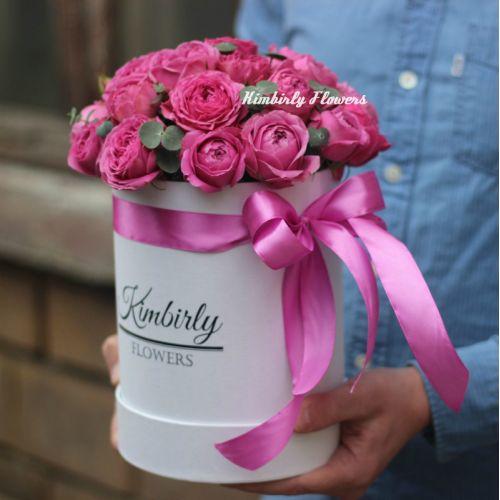 Пионовидные розы Мисти Баблс в белой шляпной коробке Мини