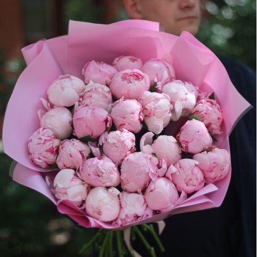 Букет из 25 розовых пионов в розовой упаковке