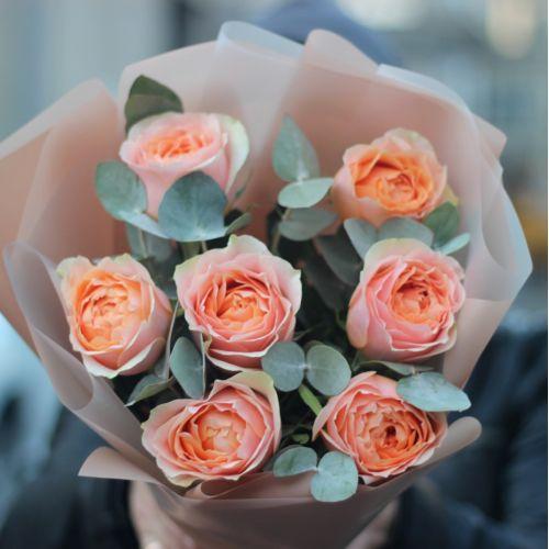 Букет из 7 пионовидных роз Гравити