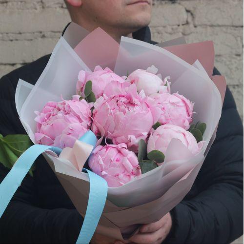 Букет из 7 розовых пионов с эвкалиптом