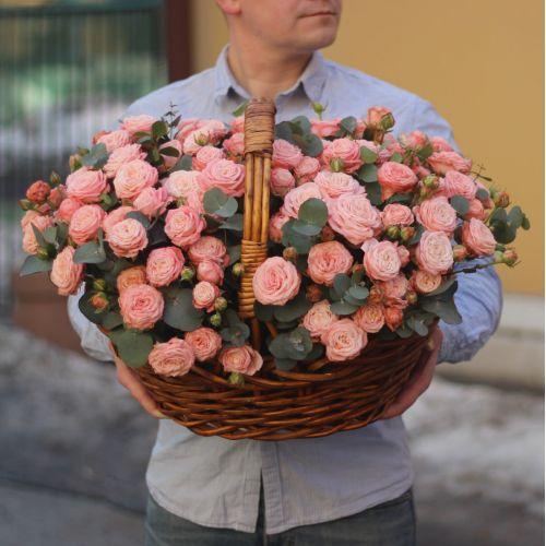 Корзина с пионовидными кустовыми розами мадам бомбастик